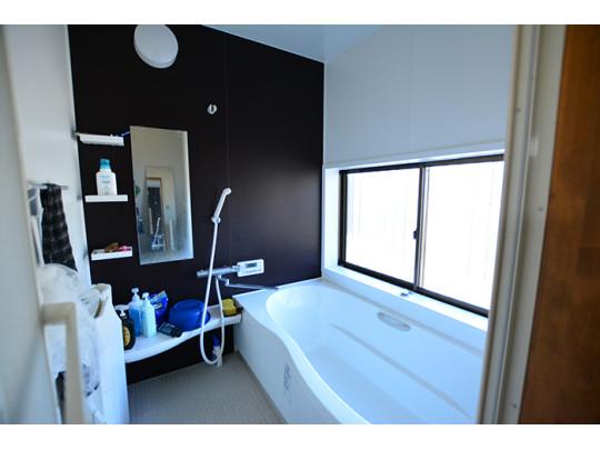 リラックスした姿勢で入浴できる広々としたバスタブが設けられた浴室は一日の疲れを癒します。
