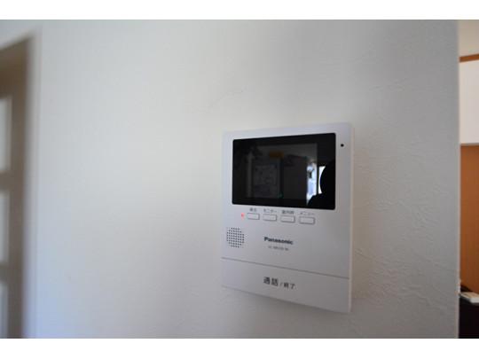 TVモニター付きインターホンはドアを開けずに来客対応ができ、防犯面も安心です。