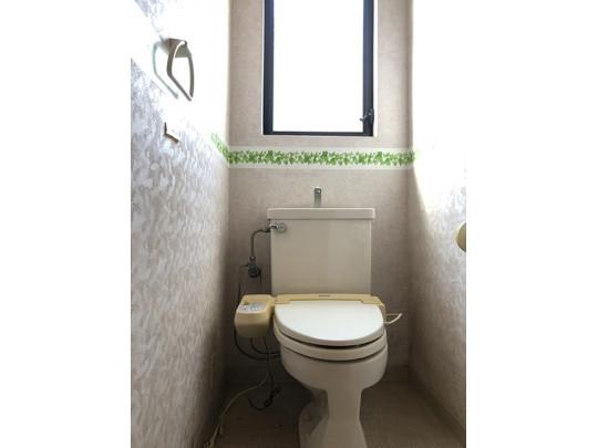 温水洗浄便座付きのトイレです。大きめの窓があるので、明るく換気もできます◎