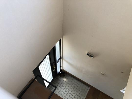 玄関上部は吹き抜けになっております♪(8帖の洋室から撮影)