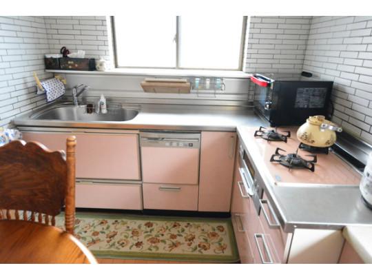 L型キッチンです。コーナースペースがあるので、オーブンやレンジも置けそうですね。