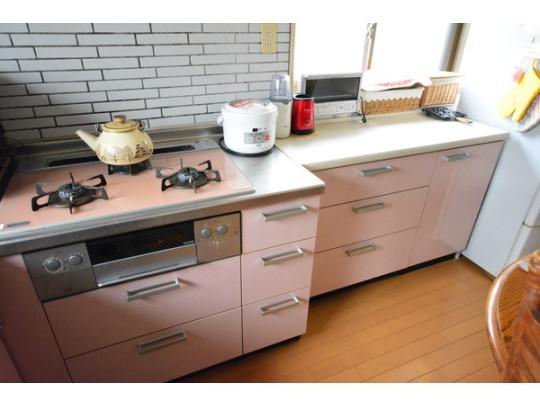 収納スペースが多く設けられていますのでキッチン周りのお片付けがはかどりそうです。