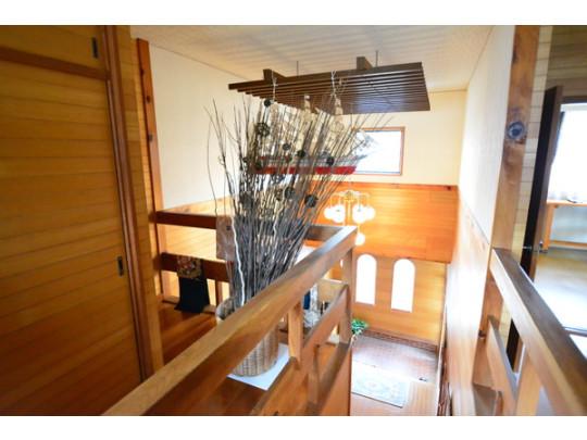 2階から吹き抜けを撮影しました。階段横には押入れ(写真左側)が設けられています♪