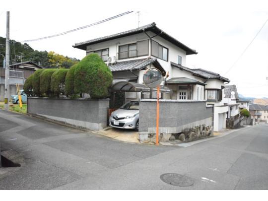 角地5LDK+シャッター車庫のお家です。JR門松駅からは徒歩で約16分♪