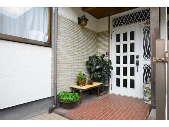 軒が深いポーチ奥に玄関ドアが設置されています。雨の日の吹込みなど軽減されます。