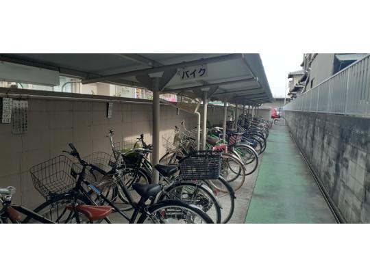 マンション限定の駐輪場です。ゆったりした広さで停めやすく、使いやすい設計です。