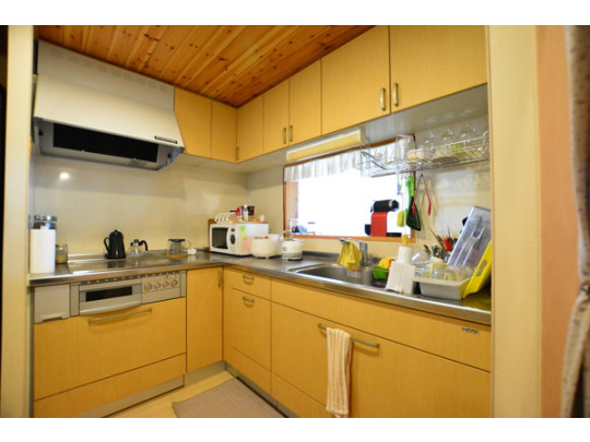 使い勝手の良いL型キッチンです。窓があるので自然換気もできますよ^^