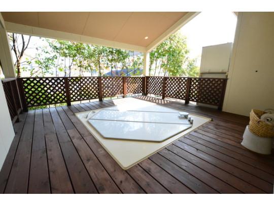 露天ジャグジーバス付き(温泉引込済です)。室内シャワールームも2カ所完備。