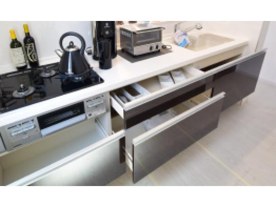 (イメージ)スライド収納 レンジ下やキッチンカウンターの下部は、調理器具や調味料などがすっぽり収まり、出し入れも簡単なスライド収納となっています。