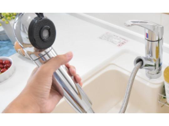 (イメージ)浄水器一体型シャワー水栓 食器や野菜などの水洗いがスムーズにこなせるハンドシャワーのついた水栓。浄水器一体型なので便利です。