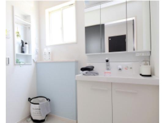 (イメージ)洗面化粧台 お手入れしやすく使いやすい3面鏡付きの洗面台。収納スペースも広く、洗剤や掃除道具をたっぷりと収納できます。