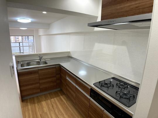 人気の作業スペースの広いL字型キッチン!シンクとコンロの距離が短く、動線に無駄がないため、作業効率を上げて家事ができます☆