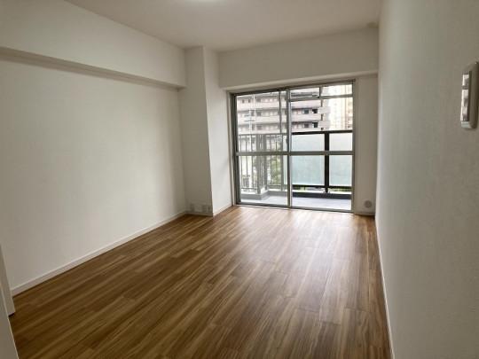 明るい洋室です。ベッドや机、TVを置いてもゆとりのある広さです☆
