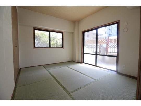 客間やお子様のプレイルーム、家事スペースなど幅広い使い方のできる便利な和室です。