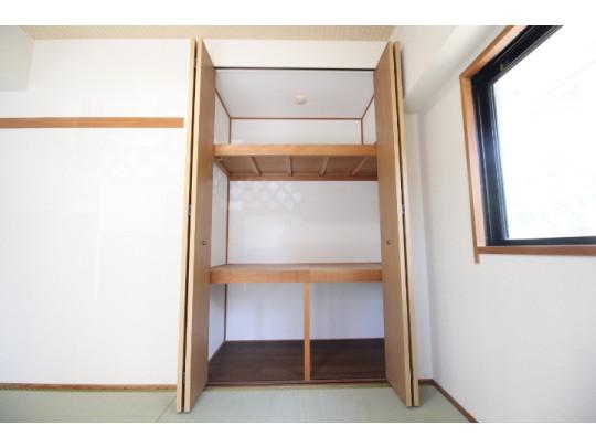 和室には押入れ付きなので来客用のお布団や座布団を収納でき便利です。