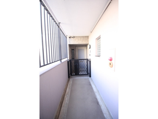 玄関前に扉がありプライバシーが守られます(^^)