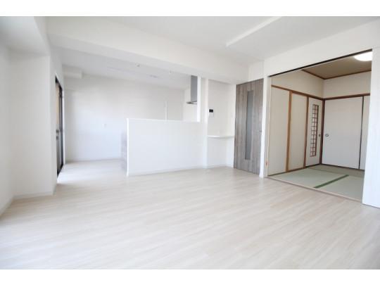 隣接する和室とつなげることで空間が広がります(^^)