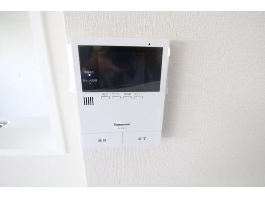 モニター付きインターフォンで来客の顔を確認して対応できるので防犯面も安心です♪