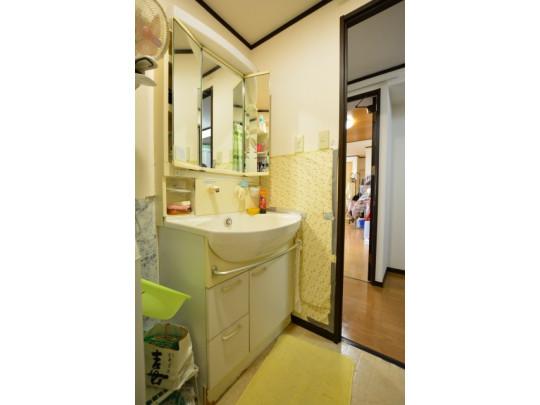 鏡裏収納付きの洗面台は、朝の支度がスムーズに行えます♪