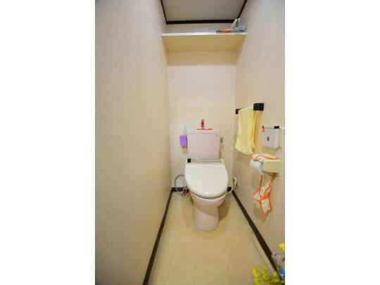 温水洗浄便座つきのトイレです。吊り棚が付いています(^^)