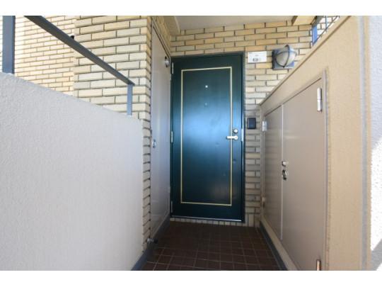 玄関横に収納があるので、アウトドア用品などもしまえて便利です♪