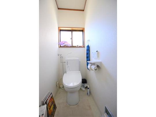 トイレは便利な温水洗浄便座付きで、換気にも適した窓で明るい空間になっています。