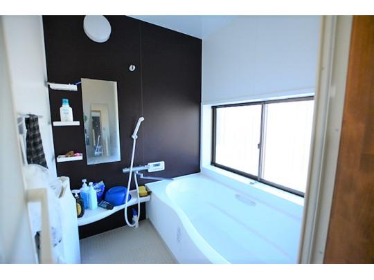 広々としたバスタブが設けられた浴室は一日の疲れを癒す快適な空間です♪