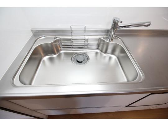 広々とした凸型シンクに洗剤ポケットを標準装備。洗剤や石鹸、スポンジもすっきり収納できます。