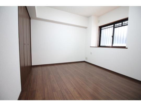 5.3帖の洋室です。洋室は各居室収納も完備されているのでお部屋を広々使えます