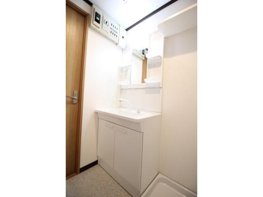 たっぷり収納できる洗面台です。収納棚があるので、歯みがきセットや化粧品もきれいに整頓できます♪