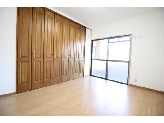 大容量のクローゼット付きの洋室は、収納家具が最小限で済むのでお部屋を広々ご使用でき、充実したお部屋作りが楽しめます♪