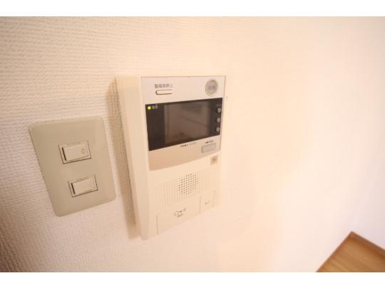 テレビモニター付きインターホンで訪問者の顔が確認できるので、セキュリティ面も安全です。