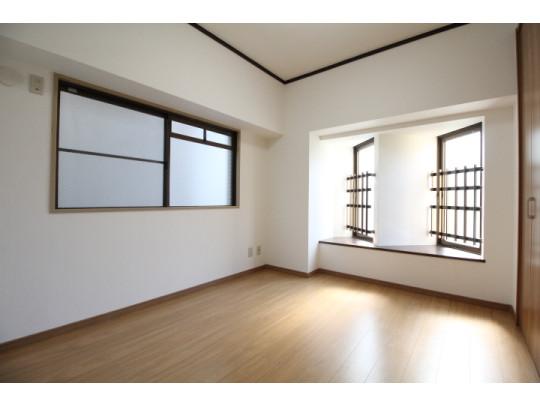 明るい洋室です。フローリングで開放的な優しい雰囲気になっています。ベッドや机、TVを置いてもゆとりのある広さです。