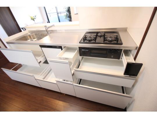 引き出すだけで一目瞭然のキッチン収納。お鍋類や調味料などスッキリとまとめられて便利です。