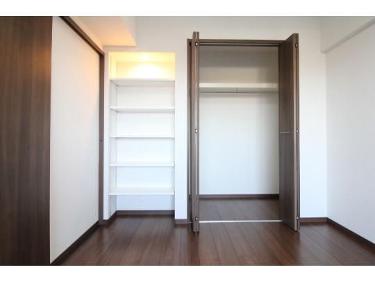 リビング横の洋室は、クローゼットと可動棚付きの収納もございます(^^)