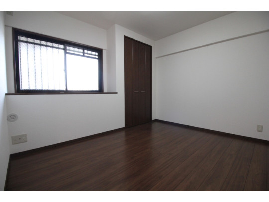 ダークブラウンの床の色で落ち着いた雰囲気の洋室です。