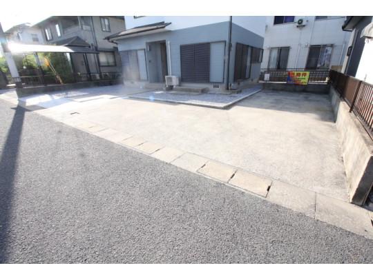 広々とした駐車スペースは4台分駐車可能です。
