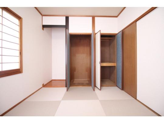収納と床の間がついた6帖の和室です。
