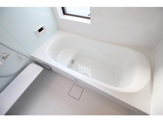 ステップ浴槽でお子様や年配の方でも安心です。