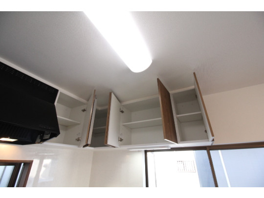 キッチン上部は吊戸棚付きです。