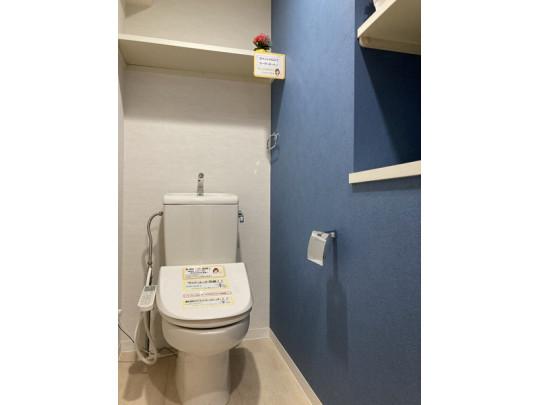 清潔感のあるトイレは、便利な温水洗浄便座付きです。