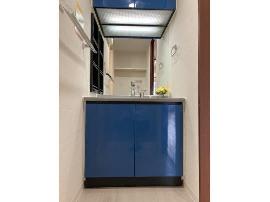 鏡が大きく空間が広く感じられます。隣に棚もあり小物もスッキリ片付きます。