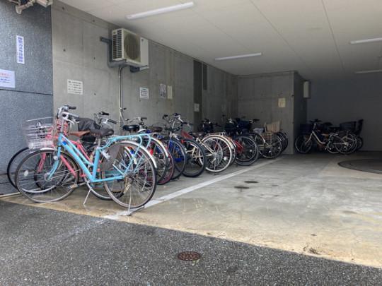 駐輪場は屋根付きで、雨に濡れる心配はありません。