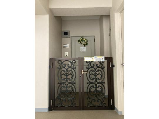 玄関前にポーチがあるのでプライバシーも守られます(^^)