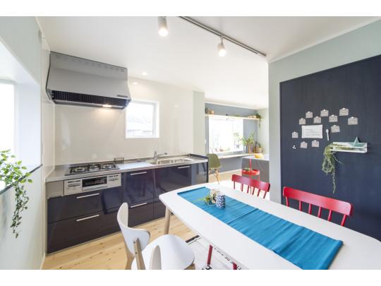 新品のキッチンはゆとりのサイズ。ダイニングにはメモが貼れるマグネットボード付き